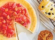 Gâteau au Mascarpone et au chocolat blanc nappé d'une sauce à la rhubarbe