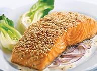 Filets de saumon, croûte de sésame et sauce aux oignons rouges et au gingembre