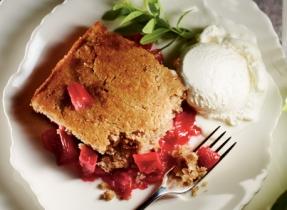 Pouding aux pommes et à la rhubarbe