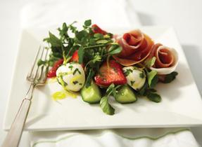Salade au Bocconcini, au prosciutto et aux fraises