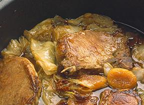Côtelettes de porc braisées au chou et aux abricots