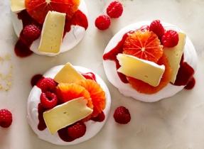 Pavlova au Brie et aux fruits