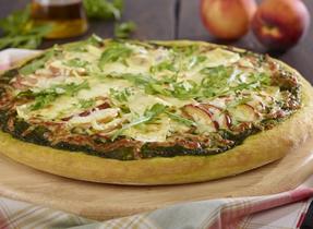 Pizza au Brie, à la Mozzarella et aux pêches avec pesto de basilic et roquette