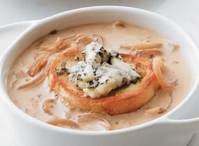 Soupe à l'oignon caramélisé avec croutons au fromage bleu
