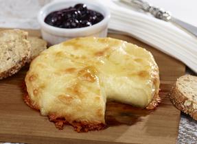 Duo de fromages cuits sur planche de cèdre et chutney aux bleuets
