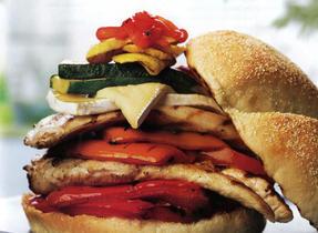 Hamburger au poulet, Brie et légumes grillés