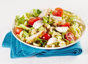 Salade César avec poulet et macaroni au fromage