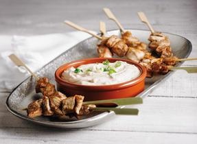 Satés de poulet avec sauce aux arachides et au fromage à la crème