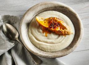 Crème de céleri-rave au Cheddar et à l'oignon
