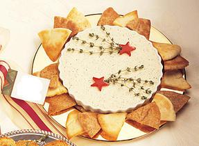 Tartinade au fromage crémeux aux fines herbes avec croustilles de pita à l'ail