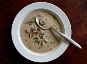 Soupe crémeuse au riz sauvage et aux champignons cremini