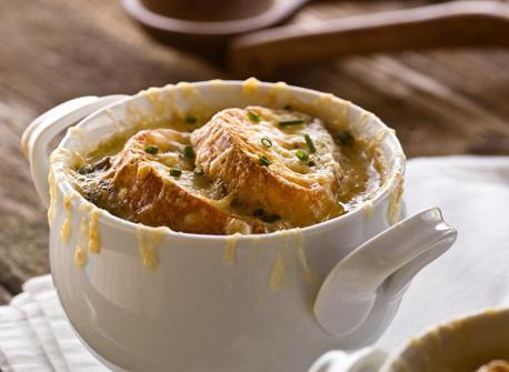 Soupe à l'oignon aux champignons sauvages garnie de croûtons au fromage canadien  Recette
