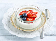 Panna cotta au gingembre garnie de petits fruits