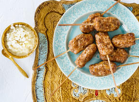 Kebabs au poulet et au Gouda et leur chutney à l'ananas