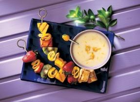 Brochettes aux fruits grillés avec sauce yogourt au citron
