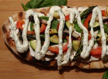 Pain plat aux légumes grillés et crème fouettée au pesto Recette