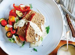 Pain de viande et légumes rôtis nappés de sauce au fromage