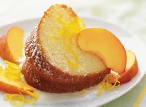 Gâteau au citron avec pêches tranchées