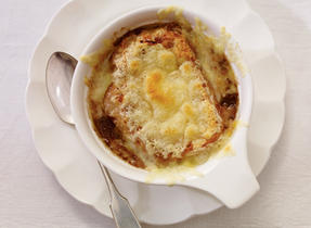 Soupe à l'oignon au Cheddar fort et au Suisse