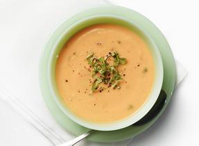 Soupe aux panais et aux carottes avec basilic