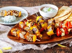 Souvlakis de porc et brochettes de poivron et Halloumi