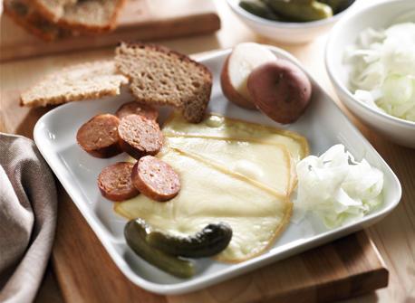 raclette avec pommes de terre saucisse et fenouil recette plaisirs laitiers. Black Bedroom Furniture Sets. Home Design Ideas