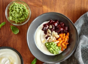 Bol de yogourt aux légumes-racines rôtis