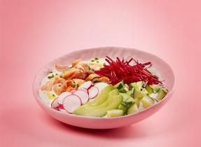 Bol de yogourt, de saumon et de légumes