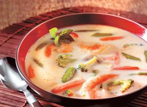 Soupe aux crevettes, légumes et lait de coco