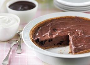 Tarte tabou au chocolat avec sauce décadente au chocolat