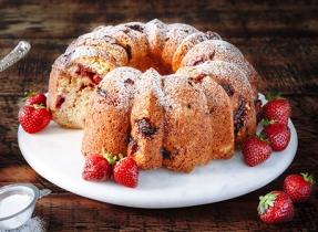 Gâteau danois marbré aux fraises et à la rhubarbe
