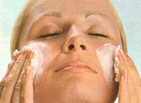 Masque facial aux fraises, efface-rides et écran solaire