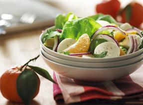 Salade de tangerines, d'oignons rouges et de fromage Bocconcini
