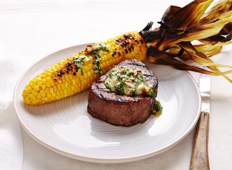 Beurre au Cheddar et à l'oignon sur biftecks et épis de maïs Recette