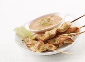 Brochettes de poulet au curry avec sauce aux arachides