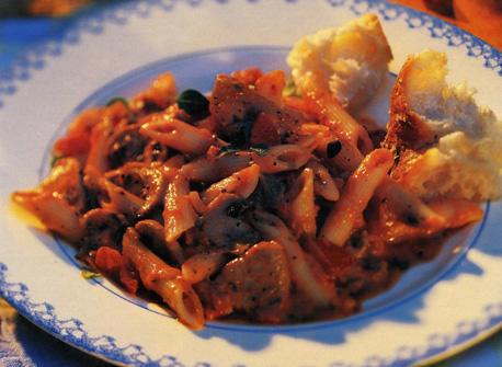 Filet de porc et pâtes en sauce tomate et poivrons rouges Recette