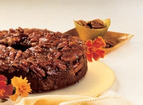 Gâteau renversé au chocolat glacé au caramel et aux pacanes