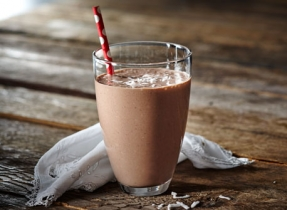 Lait frappé au cacao, à la noix de coco et à la banane