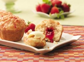 Muffins au yogourt à la double confiture de fraises