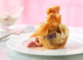 Petits gâteaux au fromage et aux fruits enrobés de pâte phyllo et caramel aux fraises