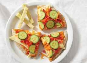 Pizza froide aux légumes avec hoummous et Havarti