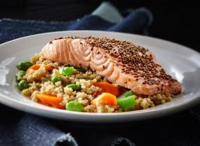 Quinoa aux légumes, gingembre et sésame accompagné de saumon