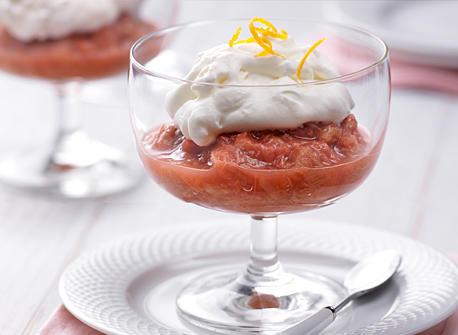 Rhubarbe pochée à la crème et à la meringue  Recette