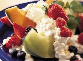 Salade au fromage Cottage et aux petits fruits