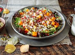 Salade aux légumes-feuilles, aux lentilles et à la courge d'hiver rôtie