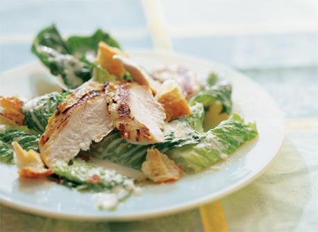 Salade c sar au poulet grill recette plaisirs laitiers - Recette salade cesar au poulet grille ...