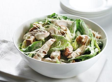 Salade c sar au poulet recette plaisirs laitiers - Recette salade cesar au poulet grille ...