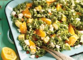Salade d'agrumes, de chou vert frisé et d'avocat