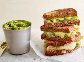 Sandwich au fromage suisse fondu et aux asperges
