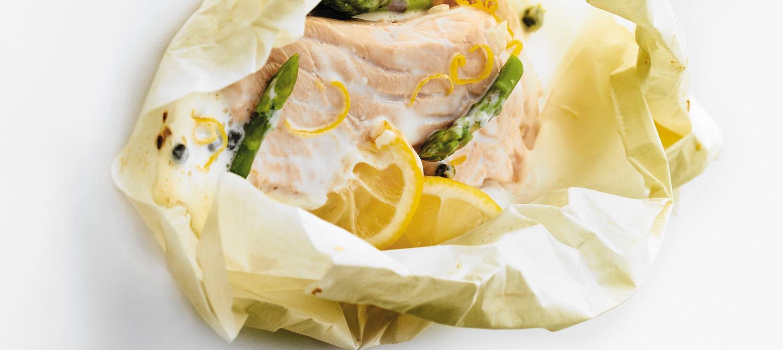 saumon de l 39 atlantique et asperges en papillote la sauce. Black Bedroom Furniture Sets. Home Design Ideas